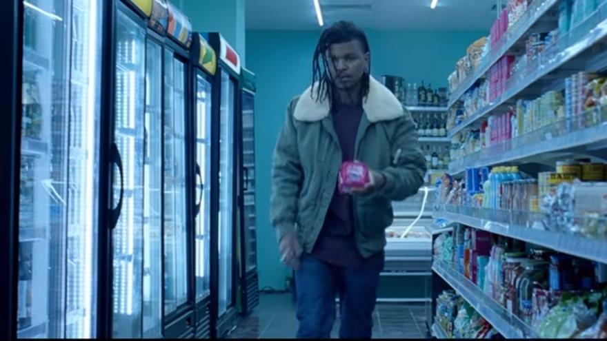 Captura del anuncio de Bodyform que muestra a un hombre comprando compresas