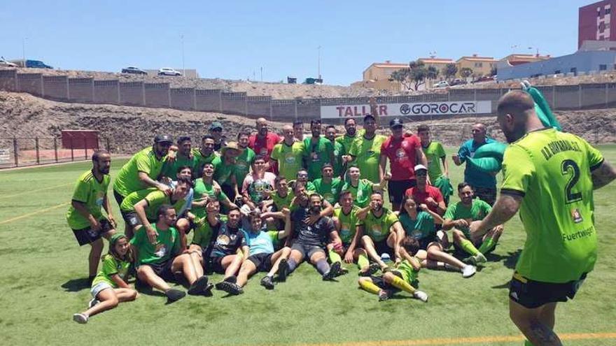 La plantilla del Gran Tarajal celebra su ascenso a Tercera División en mayo pasado