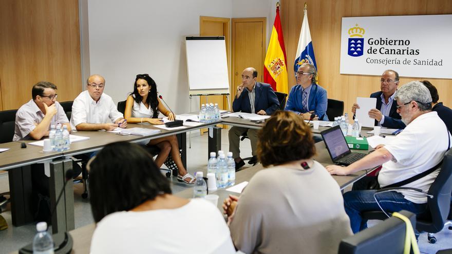 Jesús Morera, consejero de Sanidad del Gobierno de Canarias, el director del Servicio Canario de Salud, Roberto Moreno, y el director general de Recursos Humanos de Sanidad, Carlos González, en la reunión de la Mesa Sectorial de Sanidad (GOBIERNO DE CANARIAS)