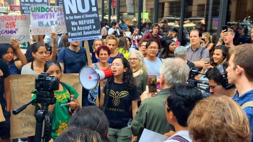 Activistas protestan contra de la eliminación del programa migratorio DACA en los alrededores de la torre Trump.