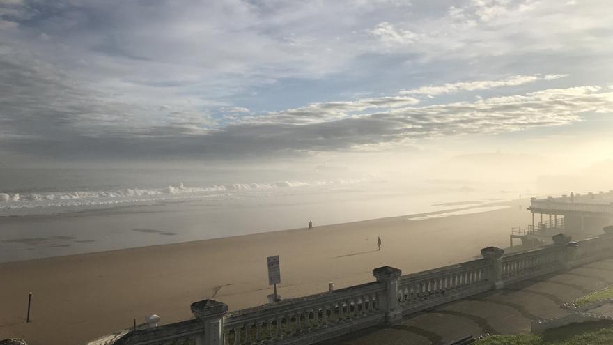Las olas ya superan los cuatro metros de altura en Santander