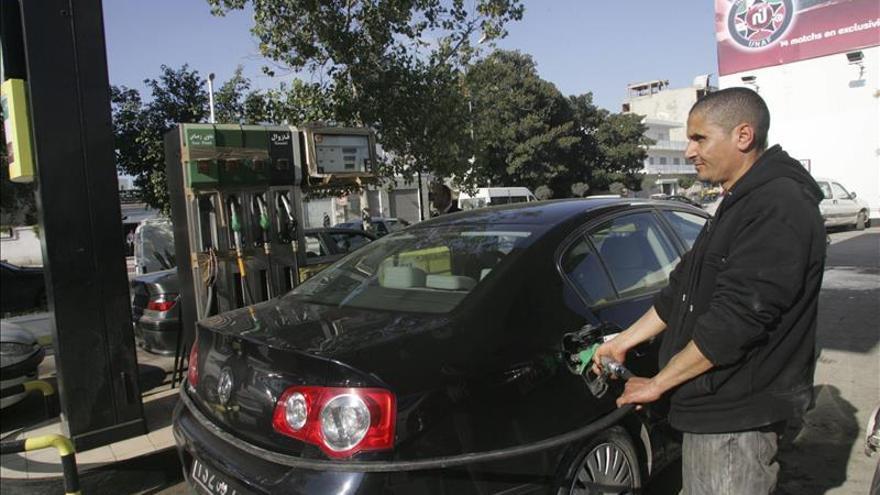 Distribuidora tunecina garantiza servicios mínimos de suministro de gasolina