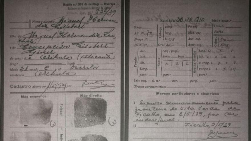 Extracto del expediente rellenado en el puesto fronterizo Huelva-Portugal, con las huellas del poeta.