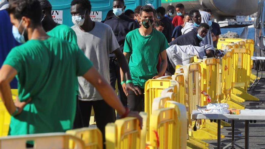 Migrantes en el muelle de Arguineguín, el lunes 19 de octubre