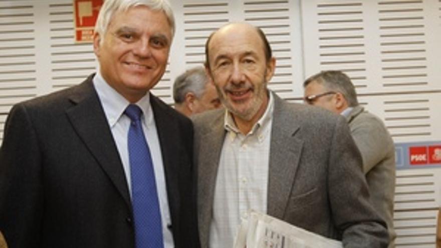 José Miguel Pérez con Alfredo Pérez Rubalcaba, en la reunión sobre el Pacto Social que se celebró este sábado en Madrid.