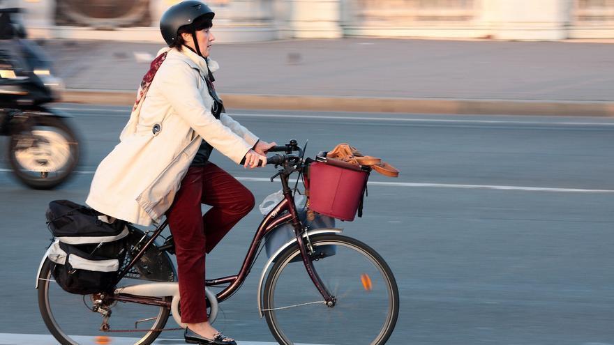 Una ciclista, en el puente Puente Alejandro III, en París
