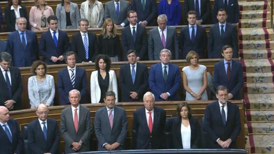 Miembros del Grupo Parlamentario Popular durante el minuto de silencio