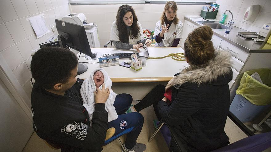 Amine y Aida llevan su bebé Nabil a la revisión pediátrica / ROBERT BONET