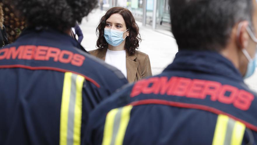 La presidenta de la Comunidad de Madrid, Isabel Díaz Ayuso, durante la visita que ha realizado al Hospital de Campaña de Ifema para hablar con personal sanitario que se enfrenta al Covid-19