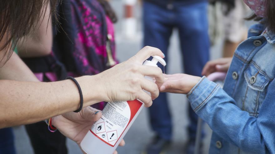 Archivo - Una profesora desinfecta las manos de una alumna antes de la entrada al Colegio Público Víctor Pradera en el primer día de colegio del curso escolar 2020-2021en Pamplona, Navarra (España), a 4 de septiembre de 2020