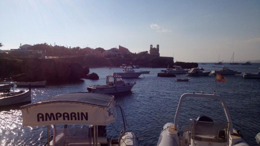 Puerto de Tabarca, con el pueblo y la muralla al fondo