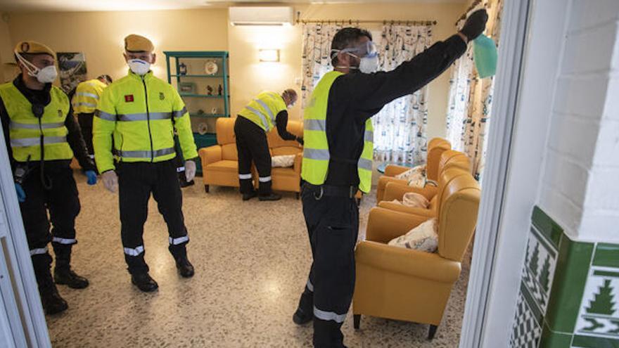 Miembros de la UME en una residencia de ancianos haciendo labores de desinfección.