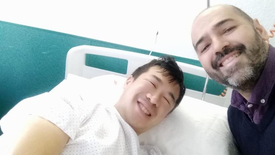 Thomas Liu en el hospital con un amigo