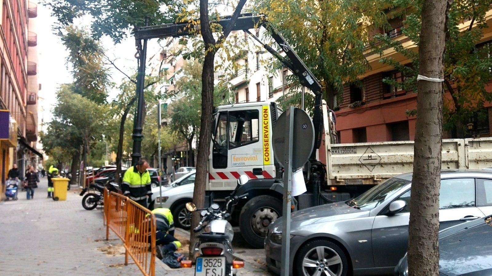 Instalación de nuevas farolas en la calle Vallehermoso