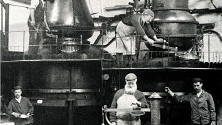 Imagen histórica de la destiléría de Plymouth Gin.