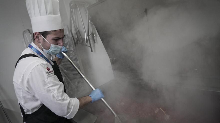 Alberto, uno de los cocineros, prepara el pimiento para la paella que se servirá mañana en el World Central Kitchen