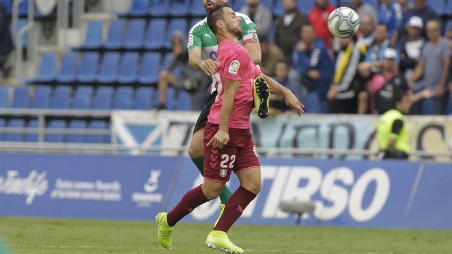 Malbasic pugna por un balón en el Tenerife-Racing del domingo pasado.