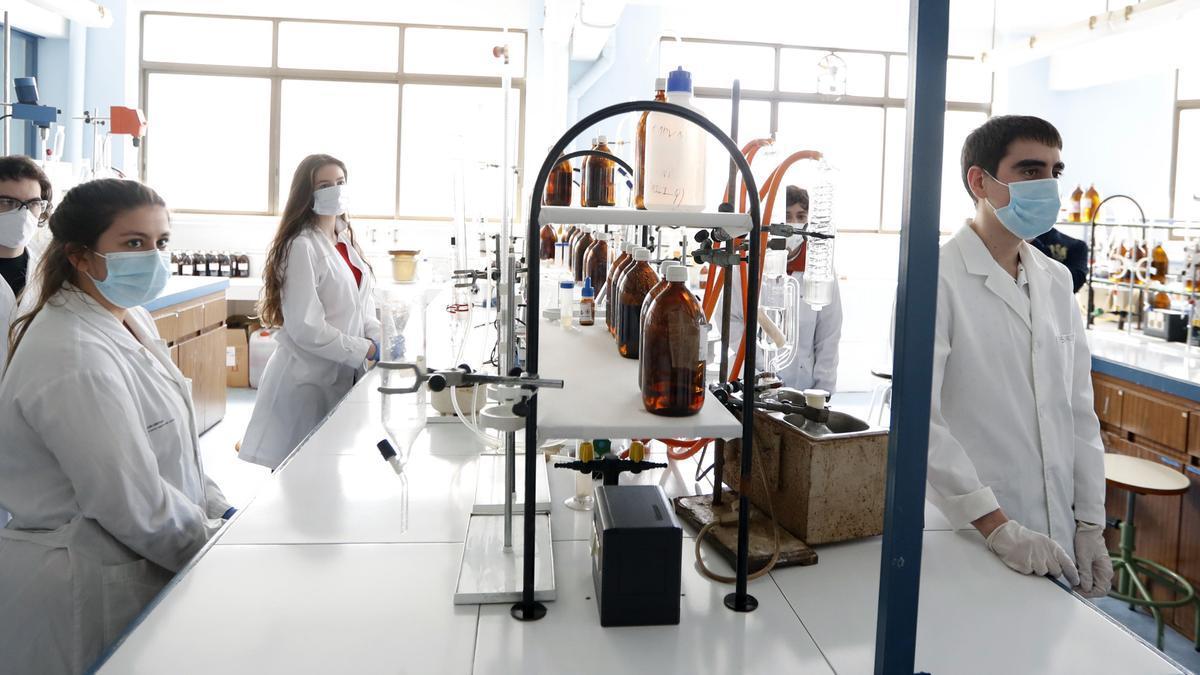 Alumnos del ciclo superior de formación profesional en la rama de Química Industrial durante una clase, en una fotografía de archivo. EFE/Luis Tejido.