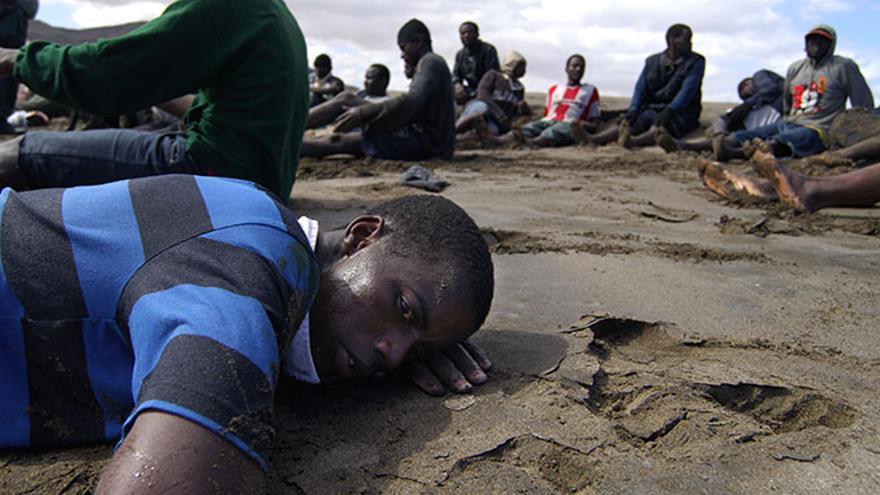 Personas llegadas en patera a la playa de Gran Tarajal en 2003.  (Carlos de Saá)