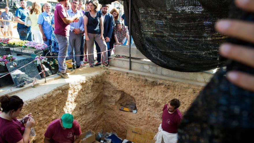 Trabajos de exhumación en la fosa 113 del cementerio de Paterna
