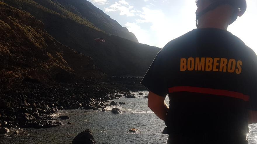 En la imagen, un bombero en la operación de rescate en La Fajana.