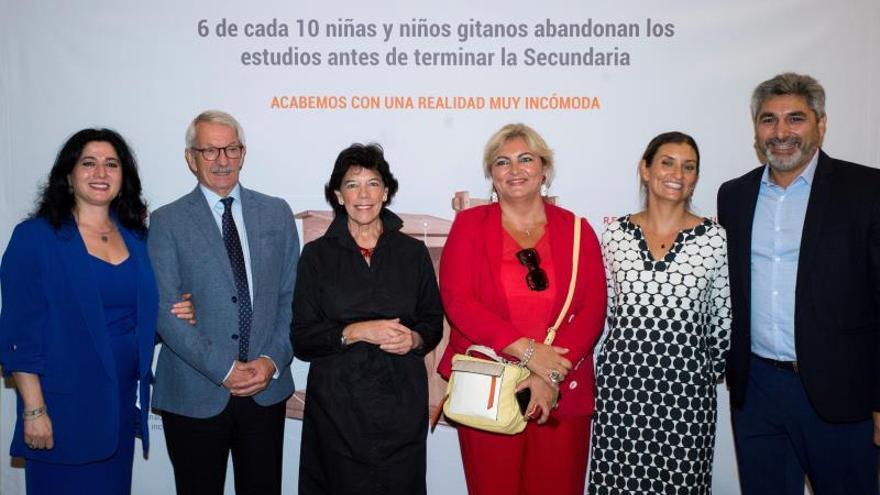 La ministra de Educación Isabel Celaá, acompañada delpresidente de la Fundación SecretariadoGitano, Isidro Rodríguez (2i), y del diputado popular Juan José Cortés, durante la presentación de 'El Pupitre Gitano'.