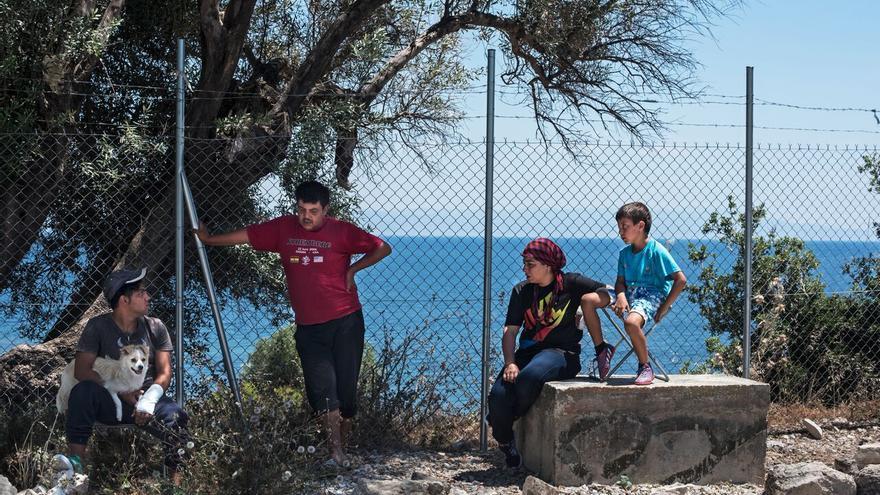 Un chico que padece un trauma (a la izquierda) con su familia en el campo de Kara Tepe, Lesbos.