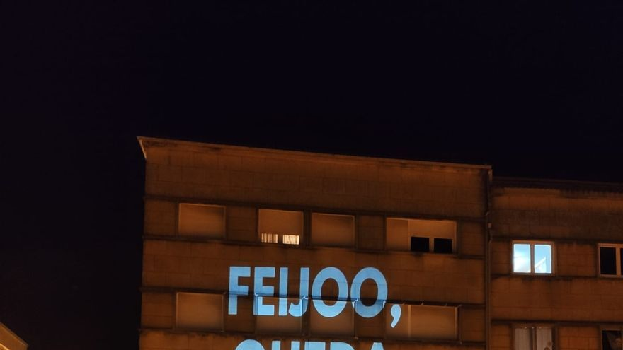 'Feijóo, queda na casa' proxectan en un edificio de Santiago.