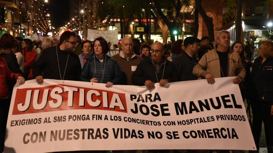 Los familiares del joven fallecido por una supuesta negligencia en la Clínica San José piden justicia al SMS