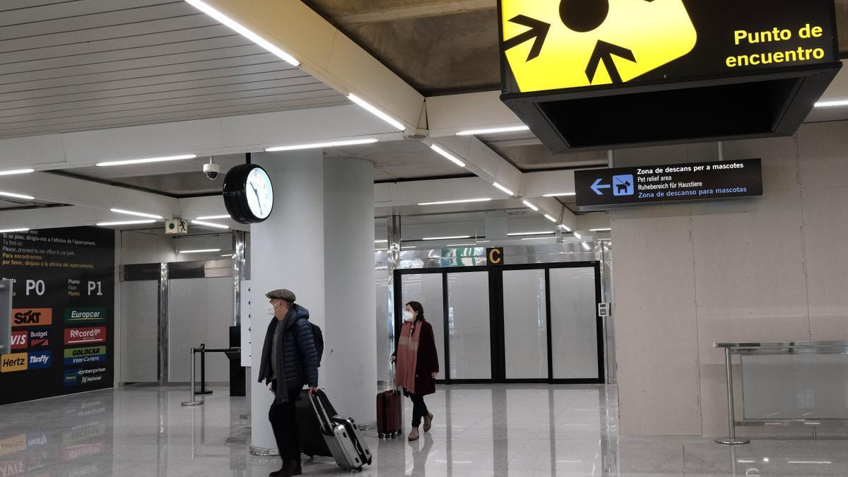Dos personas en el aeropuerto de Palma  (Islas Baleares).
