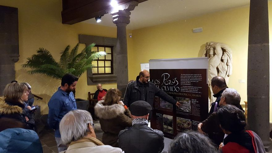 Emoción y recuerdo se dan la mano contra la desmemoria en la inauguración de la muestra 'Los pozos del olvido' en la Casa de Colón.