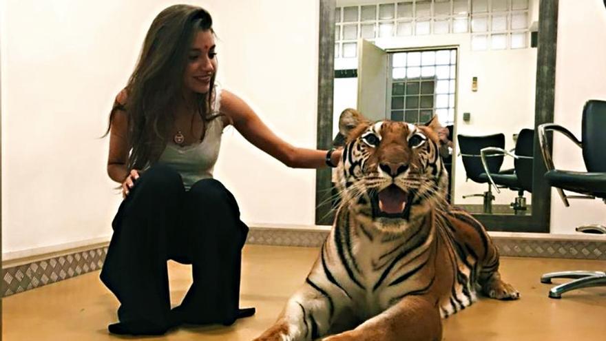 Ana Guerra y la tigresa Noah de la Gala Inocente 2018