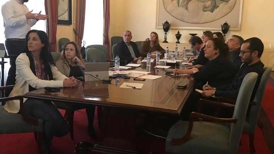 Reunión de trabajo de miembros del Cabildo con representantes del sector turístico de la Isla para abordar aspectos técnicos relacionados con la revisión número 3 del Plan Insular de Ordenación de La Palma (PIOLP)