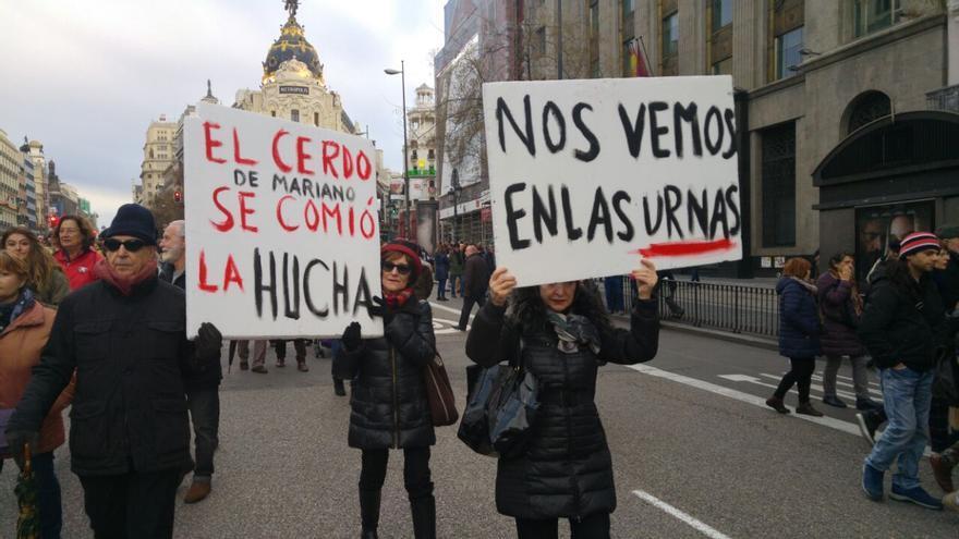 Dos pancartas de la manifestación por unas pensiones dignas en Madrid, este 17 de marzo,