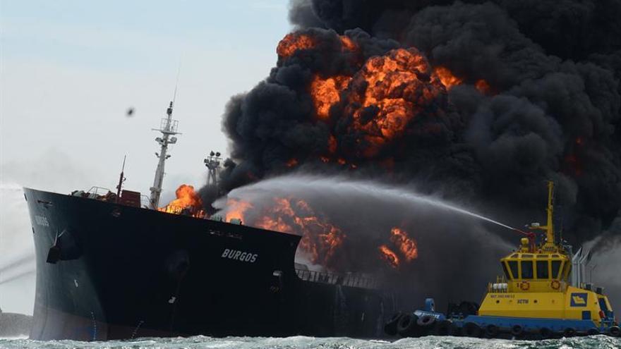 Un buque de Pemex se incendia en México con 167.000 barriles de combustible