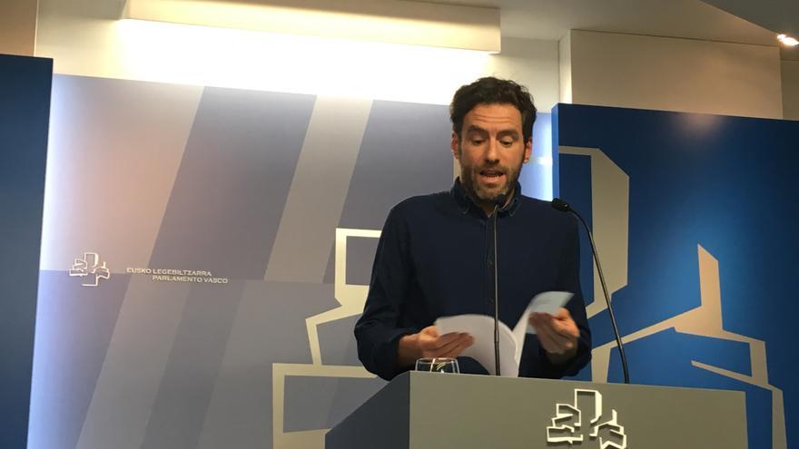 Borja Sémper, con los documentos de ETA y del PNV, en su rueda de prensa en el Parlamento