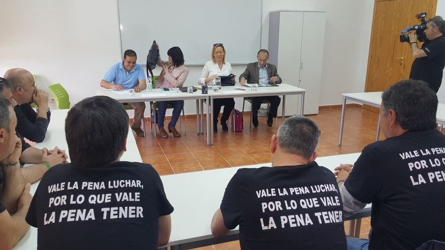 Reunión entre la consejera de Economía del Gobierno de Aragón, Marta Gastón, y los representantes de los trabajadores de las subcontratas de la central de Andorra
