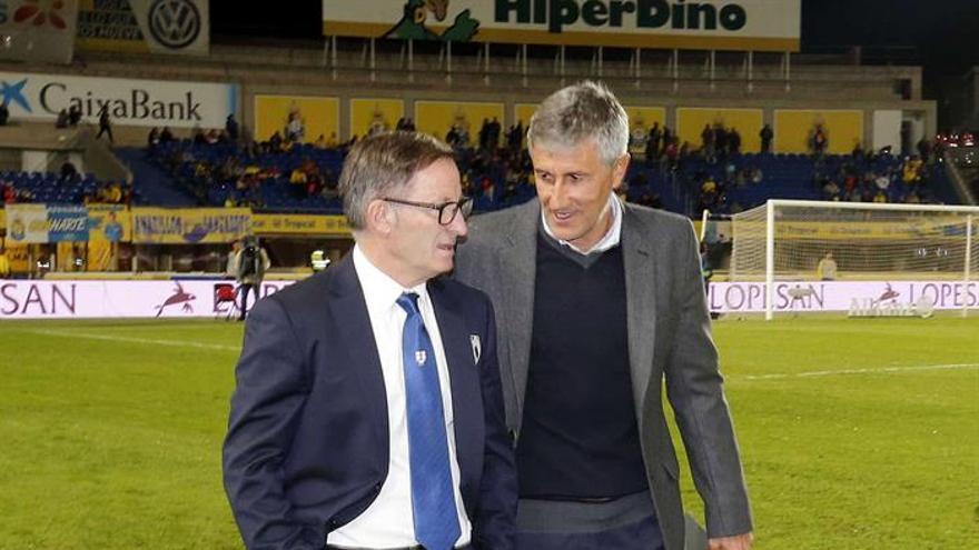 El entrenador del UD Las Palmas, Quique Setién (d) conversa con so homólogo Juan Antonio Anquela (i) del Huesca antes del partido de vuelta de dieciseisavos de final de la Copa del Rey disputado en el estadio Gran Canaria de Las Palmas de Gran Canaria. EFE/Elvira Urquijo A.