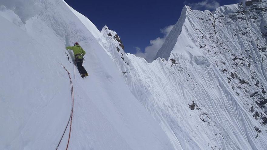 Mikel Zabalza en los largos finales de 'Pura Vida', en el Sakaton Peak en el Valle de Kysar, Nepal (© EEA / FEDME)