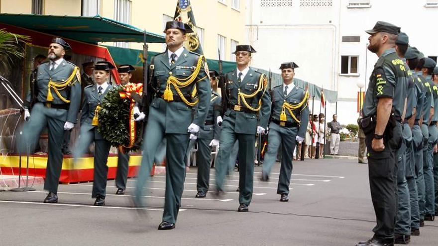 Desfile de la Guardia Civil, hoy en Santa Cruz de Tenerife durante el acto de celebración del 173 aniversario de la fundación del cuerpo. EFE/Cristóbal García