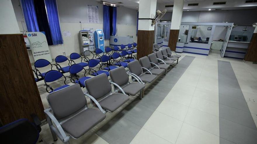 Los trabajadores paralizan el sector bancario indio para pedir un aumento de salario