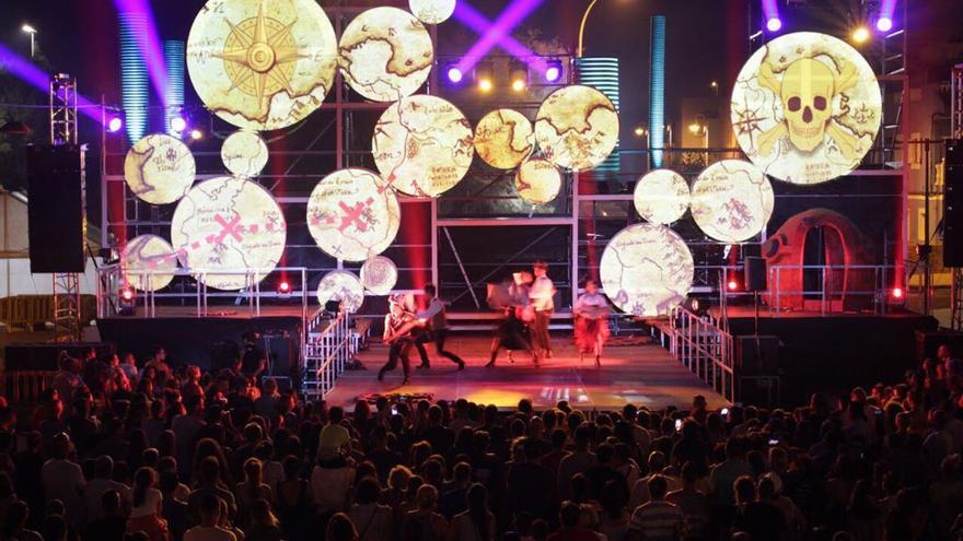 Sobre el escenario de 16 metros de ancho se representaron con videomapping, música y baile los mundos de las obras del escritor Julio Verne.