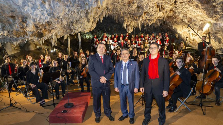 Revilla con la orquesta y el coro del Conservatorio de Música de Torrelavega en El Soplao.   MIGUEL LÓPEZ