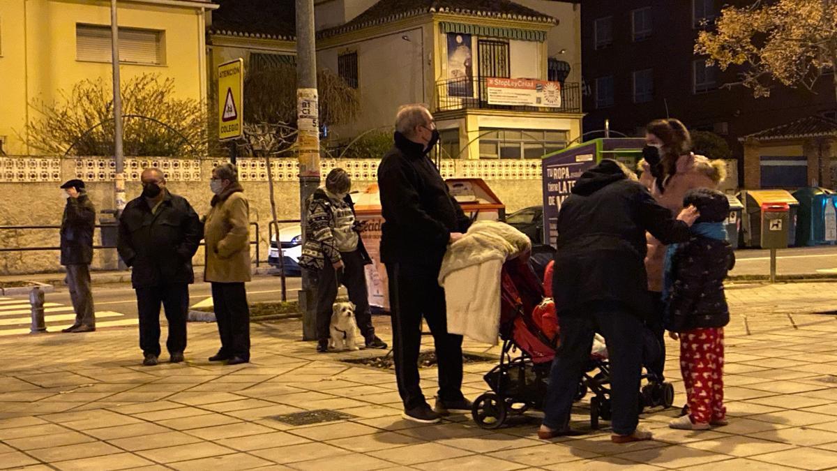 Vecinos se echan a la calle después de que tres terremotos prácticamente consecutivos con epicentro en municipios del área metropolitana de Granada. EFE/Miguel Ángel Molina
