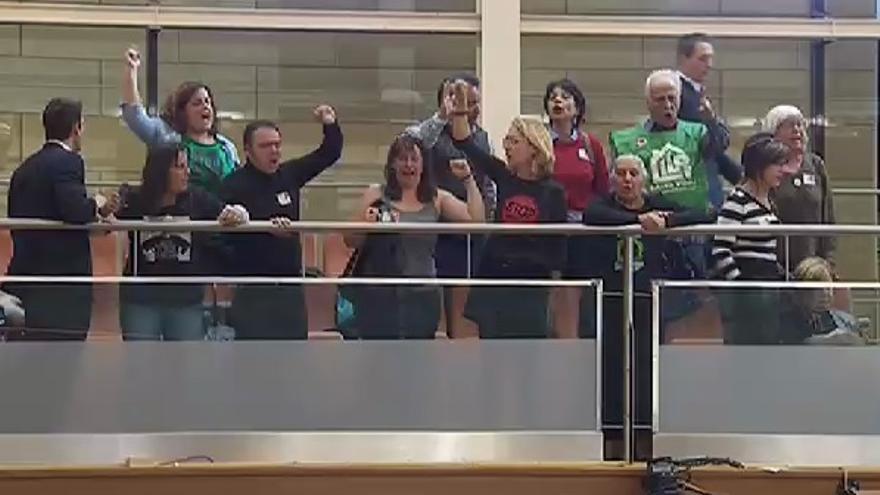 Protesta en la tribuna de la Asamblea de Madrid durante la votación de la ILP de vivienda.