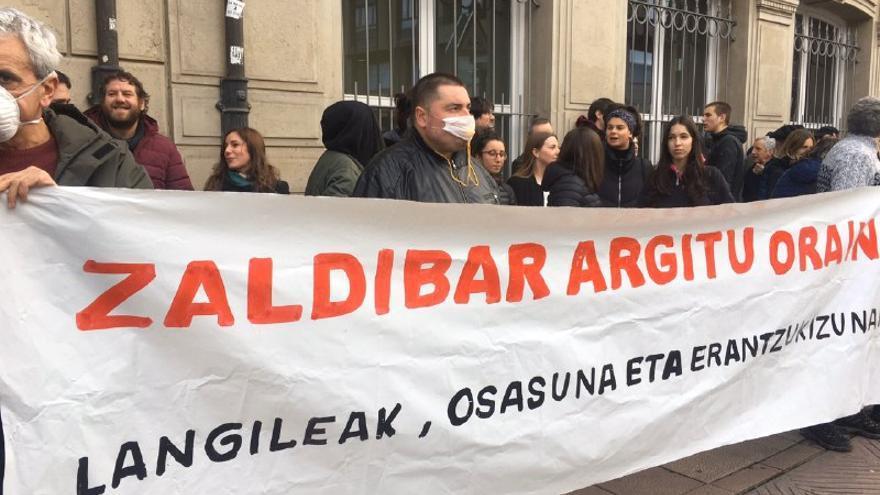 Imagen de la manifestación de la plataforma Zaldibar Argitu frente al Parlamento vasco