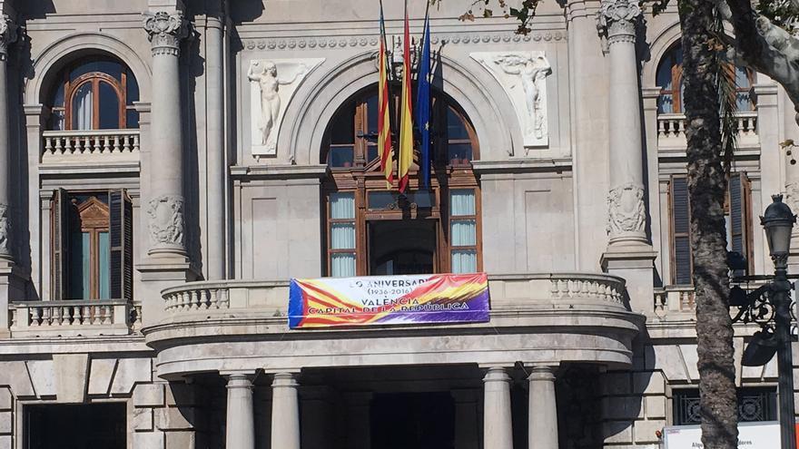 La pancarta de la discordia. Podemos ver como la bandera española sigue ondeando en el balcón del Ayuntamiento de Valencia.