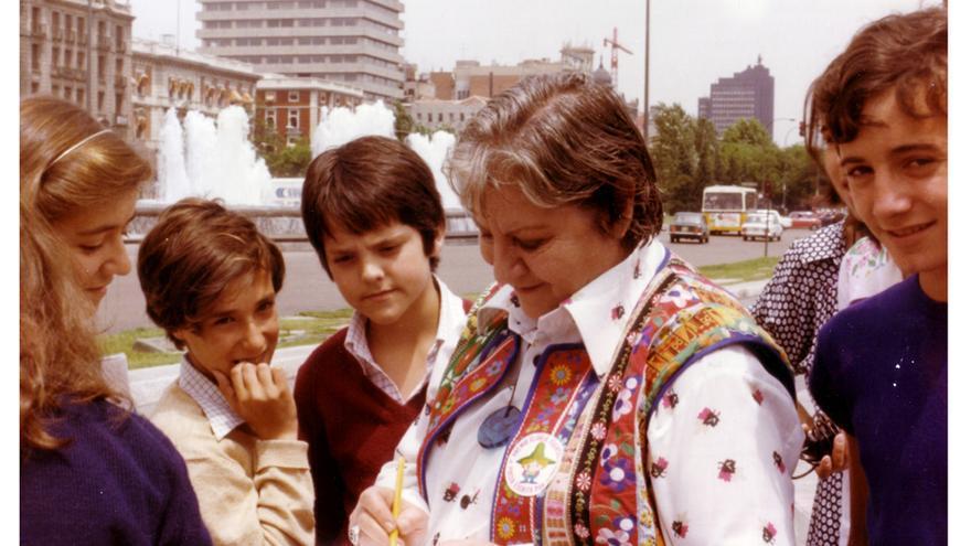 Gloria Fuertes firmando autógrafos a los niños en la Plaza de Colón
