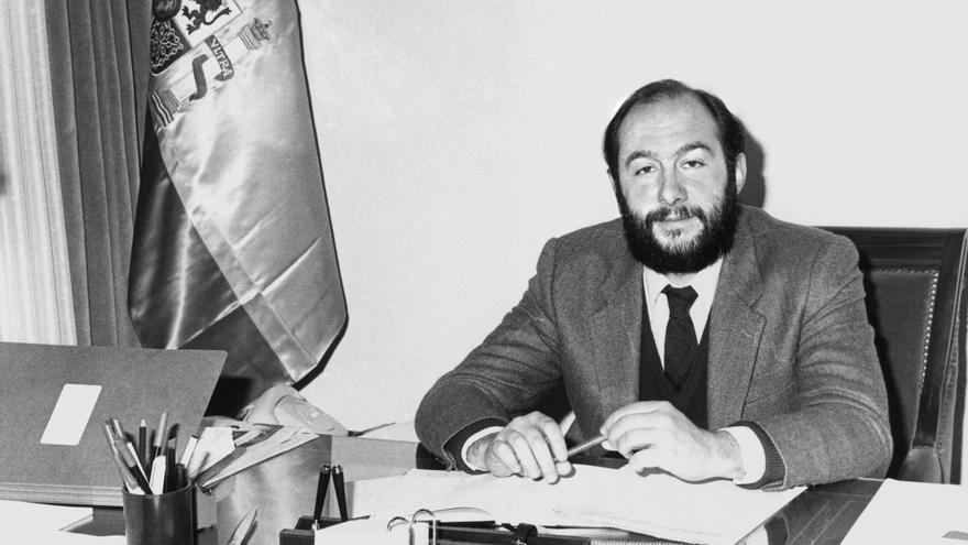 Alfredo Pérez Rubalcaba, posa en su despacho como director del Gabinete Técnico de la Secretaría de Estado de Universidades e Investigación en enero de 1983