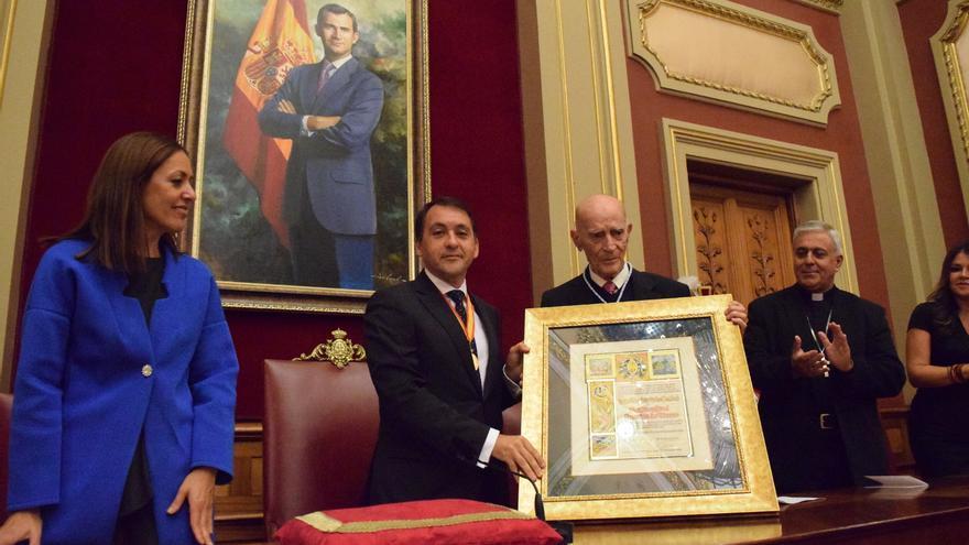José Manuel Bermúdez ( a la izquierda) y Juan Arencibia de Torres posan junto al título de Hijo Adoptivo